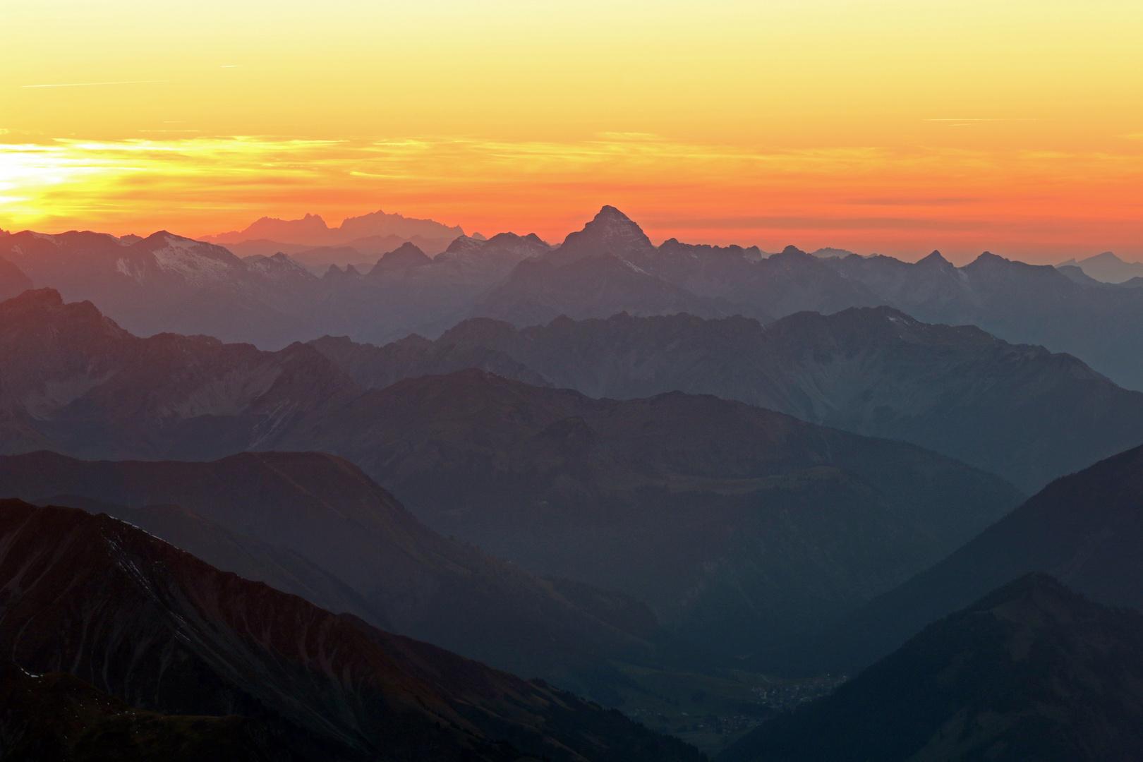 Berge und Tal bei Sonnenuntergang