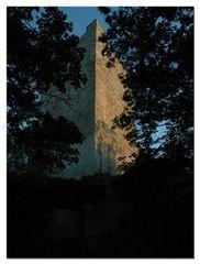 Bergfried der Ruine Rauheneck im Sonnenaufgang