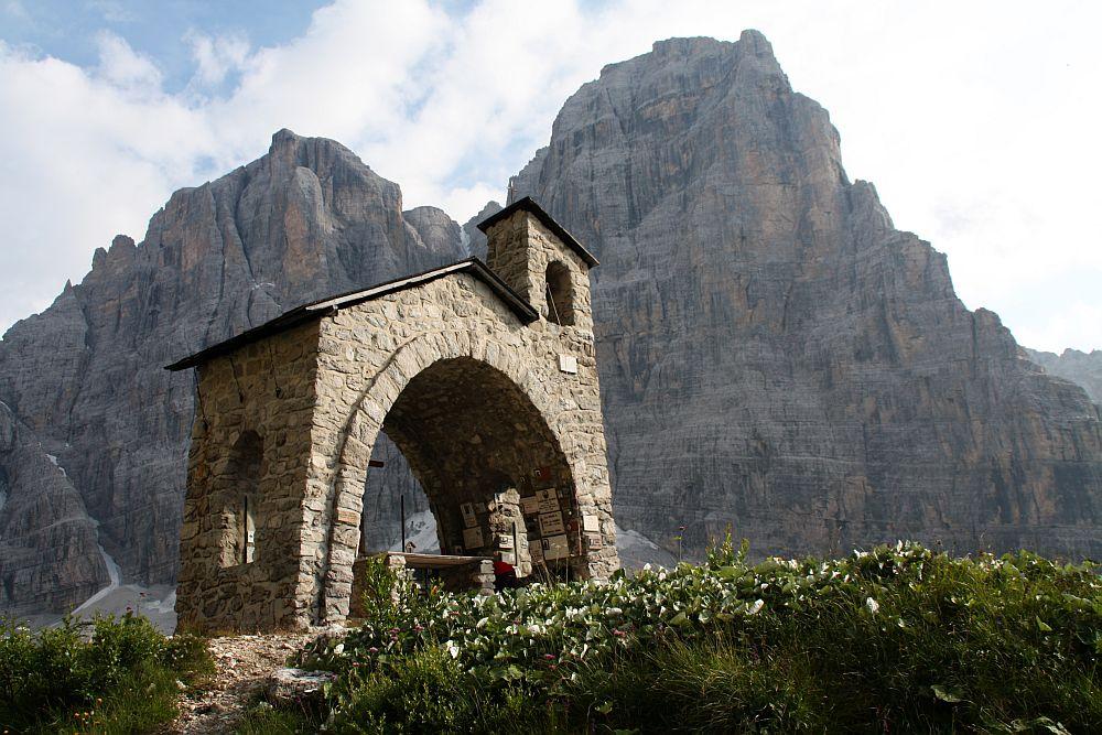 Bergkapelle am Rifugio Brentei vor der 3.173 m hohen Cima Tosa....