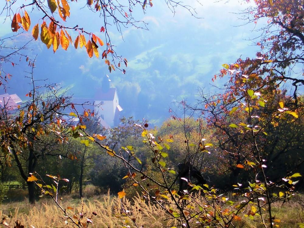 Bergkirche im Herbst