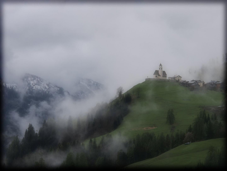 Bergkirche im Nebel