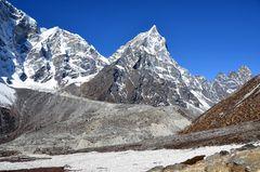 Bergpanorama südlich von Dughla mit dem Cholatse (6440 m)