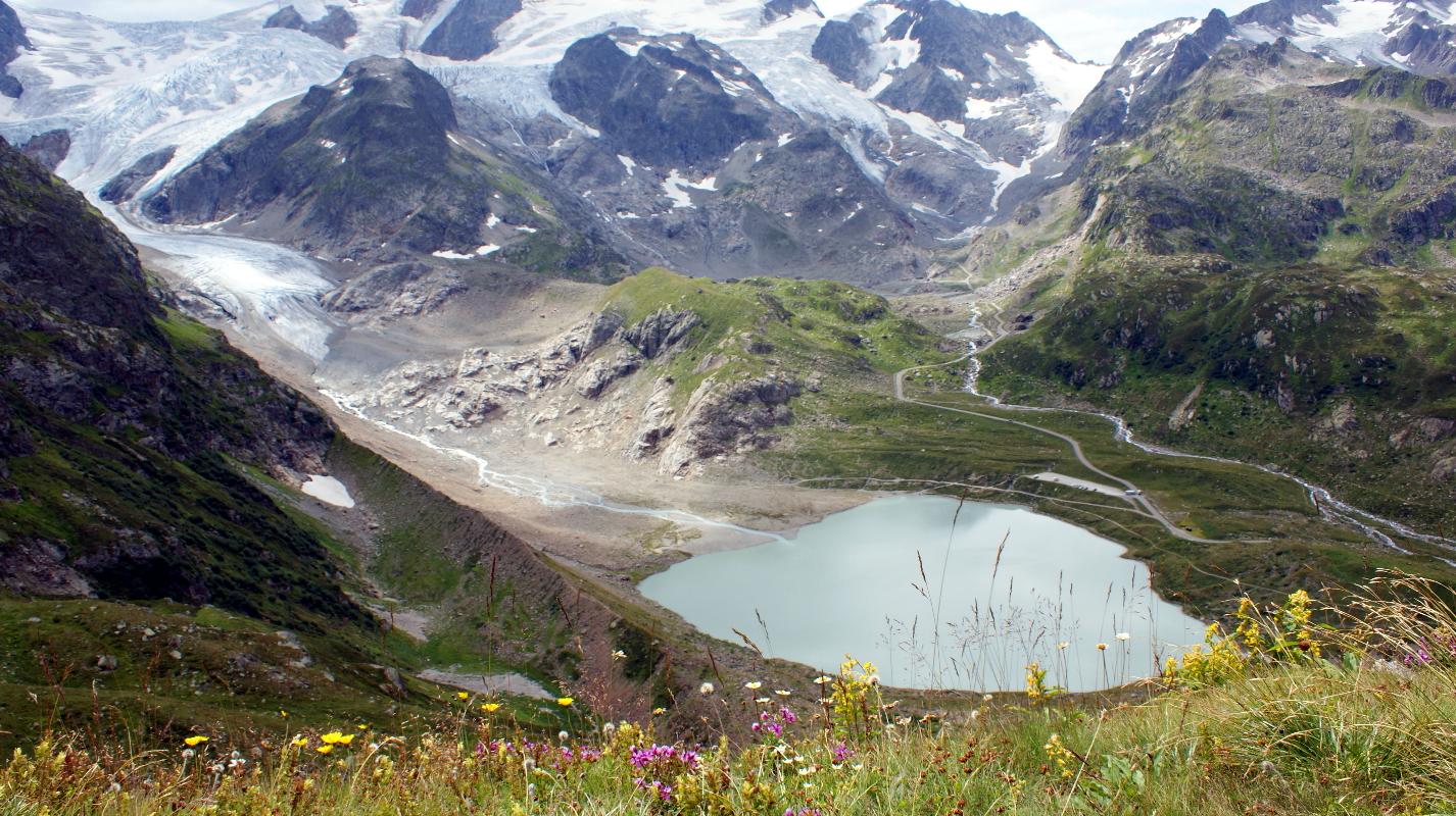 Bergsee mit Gletscher