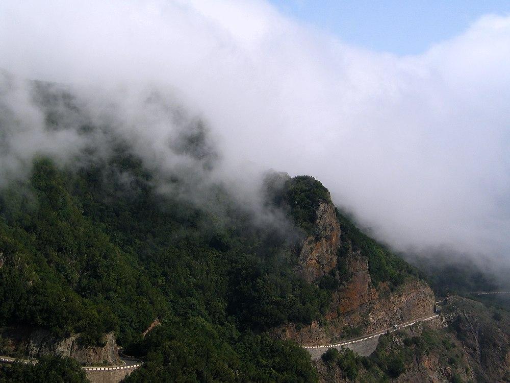 Bergstraße durch die Wolken