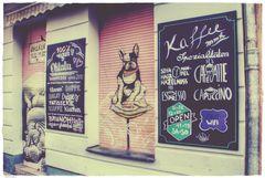 Berlin Friedrichshain 2016 ... wenn der Mops(?) ins vegane Café geht :)