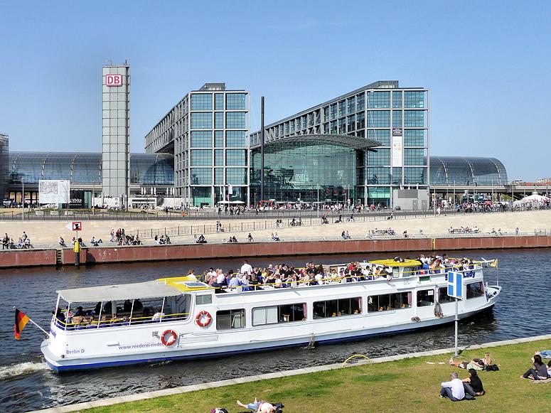 Berlin Hauptbahnhof im Sommer