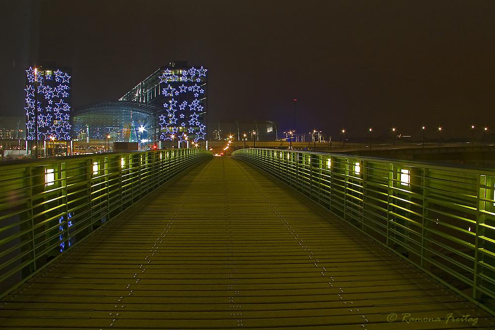 Berlin Hauptbahnhof nachts zur Weihnachtszeit