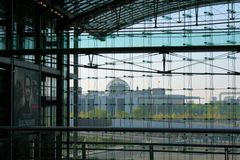Berlin Hbf mit Blick auf Regierungsviertel und Reichstag