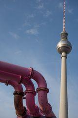 Berlin, Juli 2014: Fernsehturm mit Rohren 1