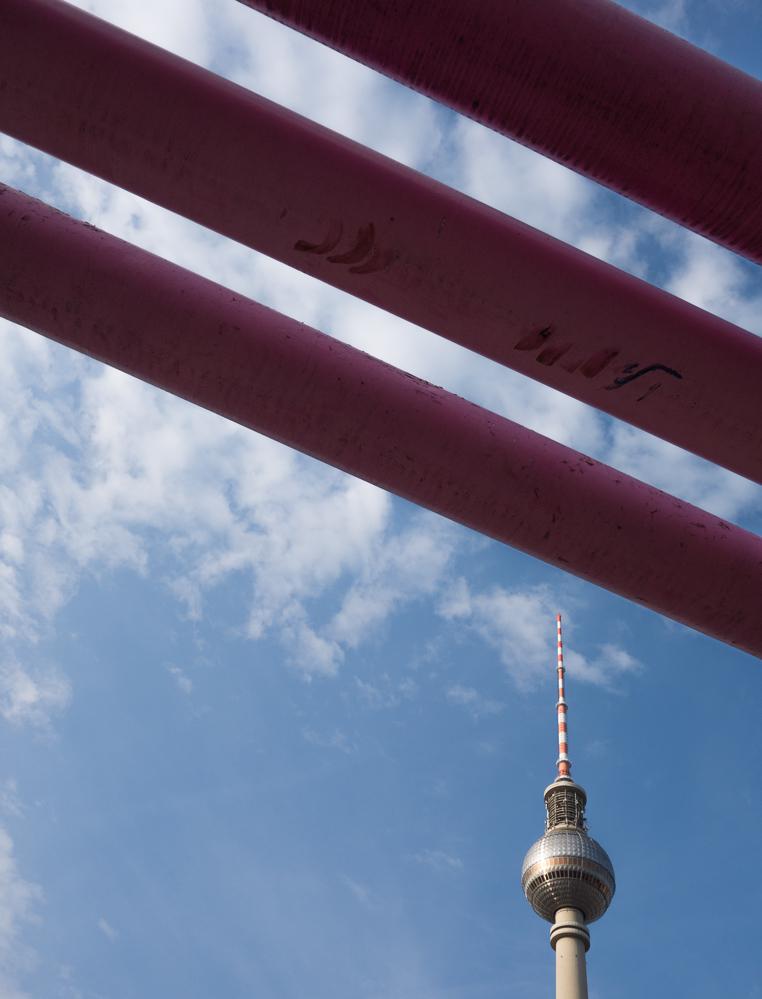 Berlin, Juli 2014: Fernsehturm mit Rohren 2