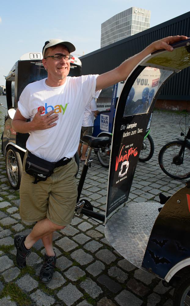 Berlin, Juni 2013: Für Geld mach ich fast alles - sogar viel zu große T-Shirts tragen.
