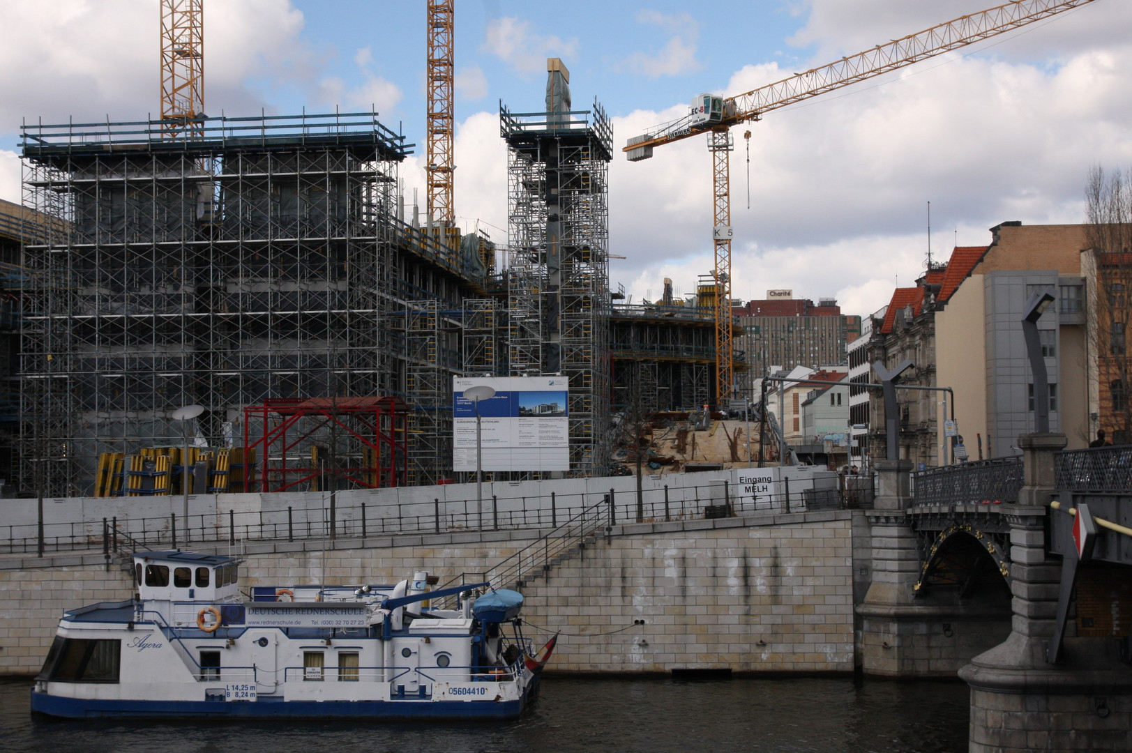berlin: spree am schiffbauerdamm
