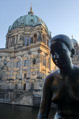 Berliner Dom mit Bronze Statue im Abendlicht