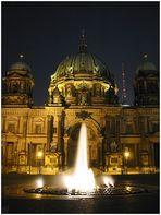 Berliner Dom mit Springbrunnen bei Nacht