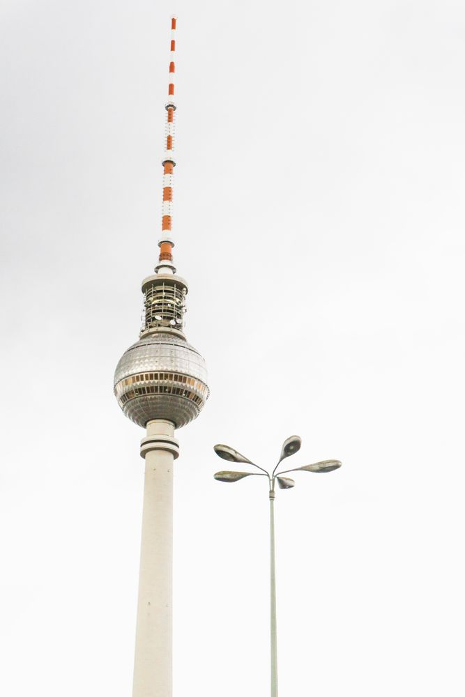Berliner Fernsehturm und Straßenlampe