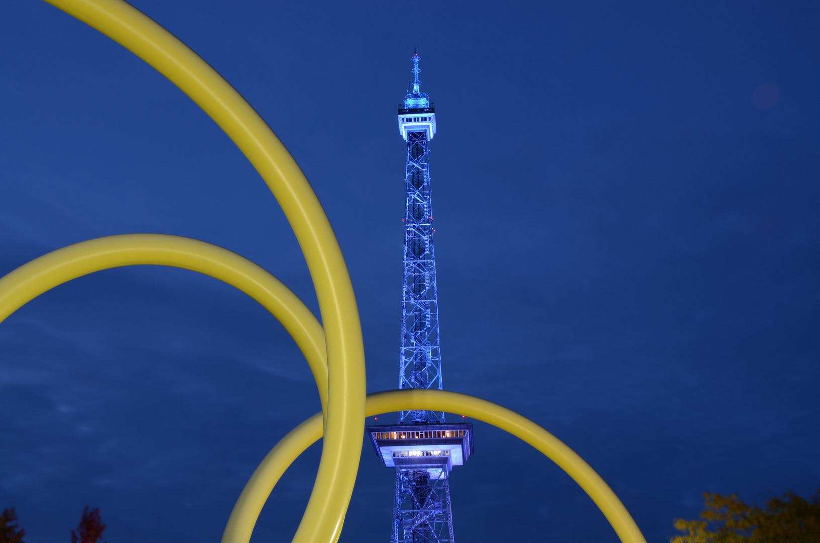 Berliner Funkturm zur Blauen Stunde