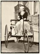Bertha Benz auf Benz Motorwagen Nr. 3