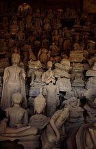Beschädigte Buddhastatuen