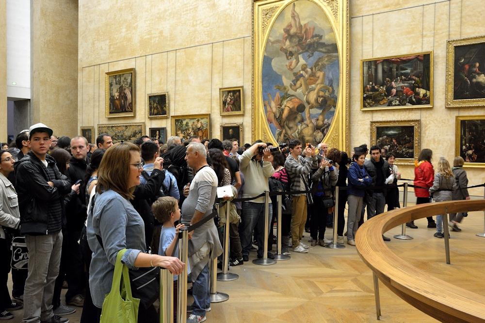Besucher im Louvre, Mona Lisa betrachtend