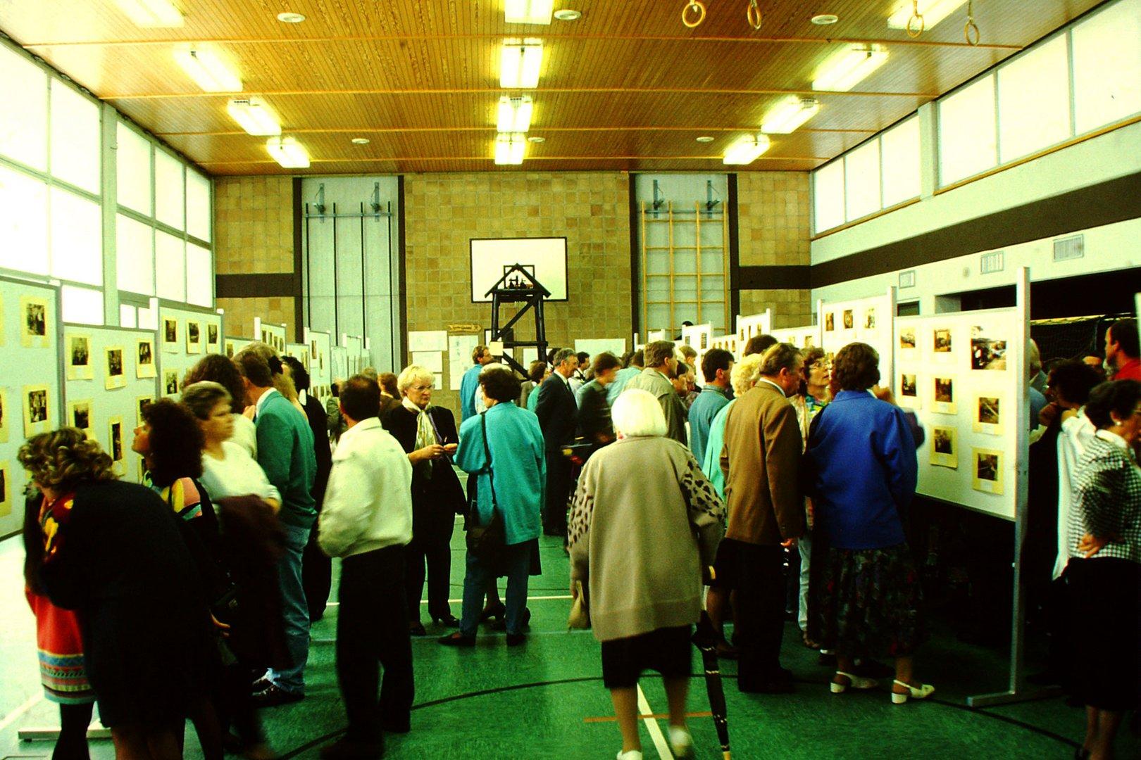 Besucher sehen sich die historischen Fotos an.