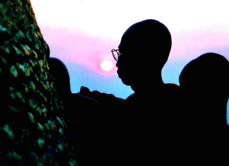 Betende Mönche im Sonnenuntergang
