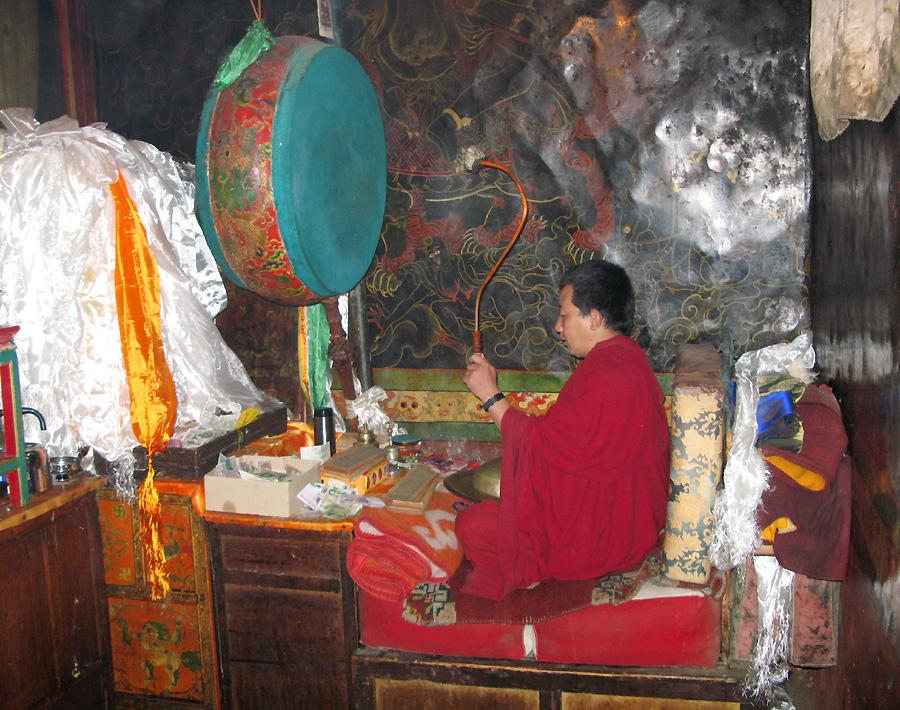 Betender Mönch im Kloster Drepung- Tibet