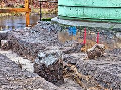 Betonreste an Flußkante und Silo