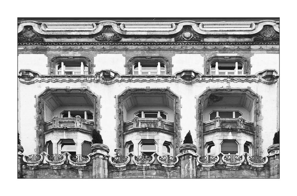 Betuchter Videofilmer auf dem Balkon seiner Suite im Hotel Gellert