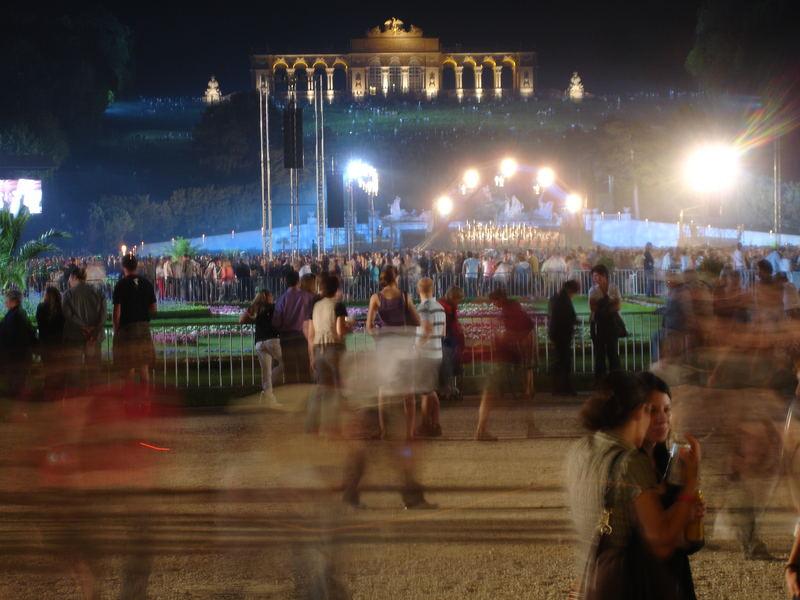Bewegtes Treiben vor der Gloriette in Wien