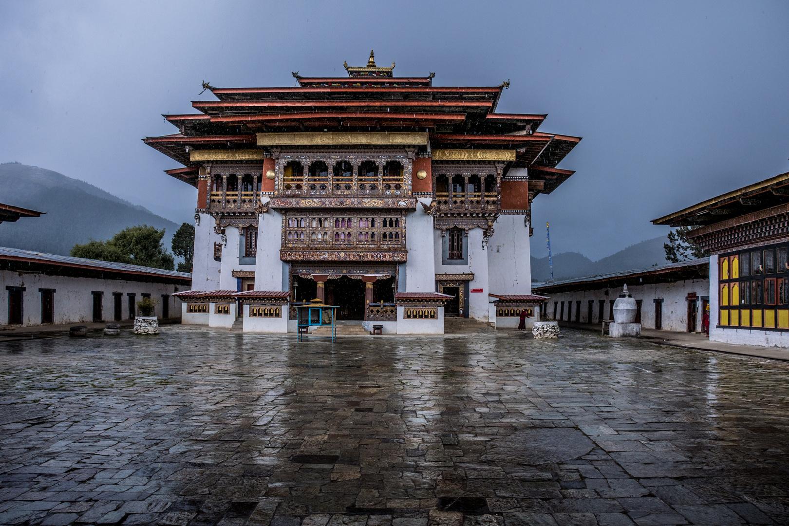Bhutan Kloster Gangteng Sangsangchoeling bei Regen