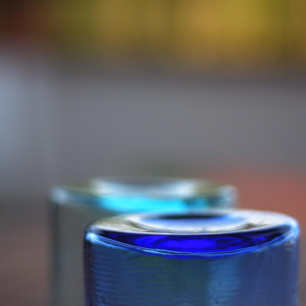 ... bicchieri in vetro colorato ... 2