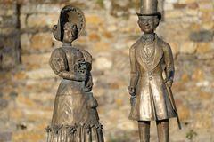 Biedermeierpaar vor der Kurfürstlichen Burg am Eltviller Rheinufer