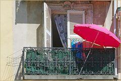 bien triste balcon  sur la plus jolie place de vallauris  ....