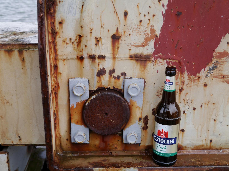 Bierbuddel vor verrostetem Hintergrund