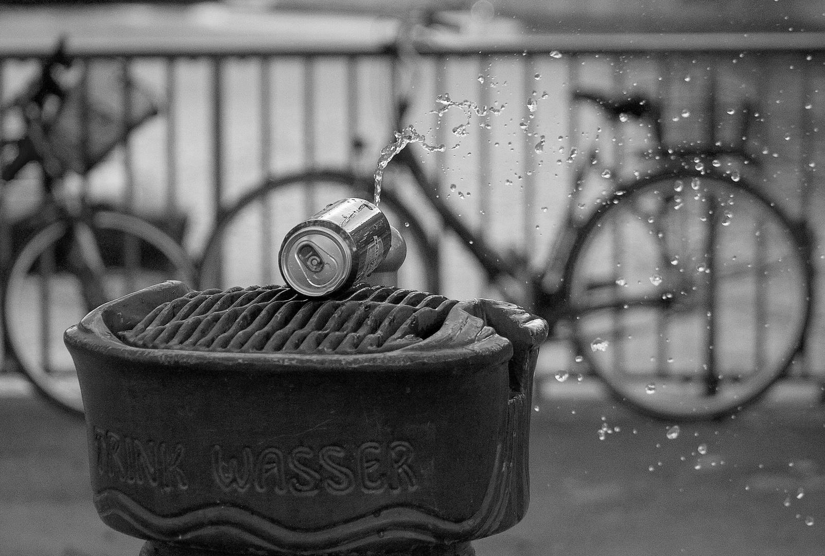 Bierdose und Wasser