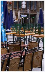 Biergarten auf dem Marienplatz in München vor Beginn des Stadtfestes um 7:30