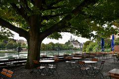 Biergarten oberhalb des Rheinuferweges