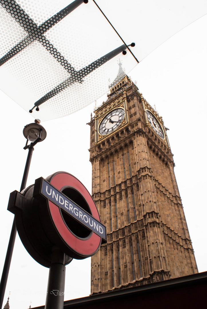Big Ben und U-Bahn Schild