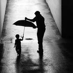 bimba con ombrello e papà