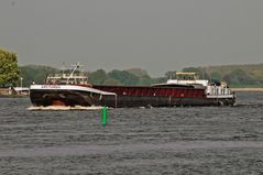 Binnenschiff bei Schlechtwetter auf der Elbe
