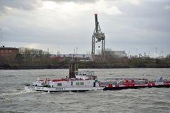 Binnentankschiff auf der welligen Elbe