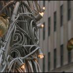 Bird sittin on christmasdecoration of a famous place!!! wär errät die Lokalität???