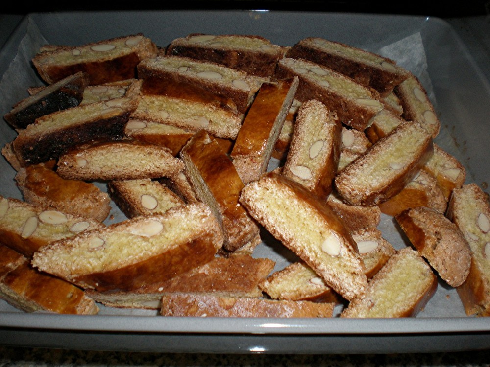 Biscotti con mandorle ( cantucci di prato) appena sfornati