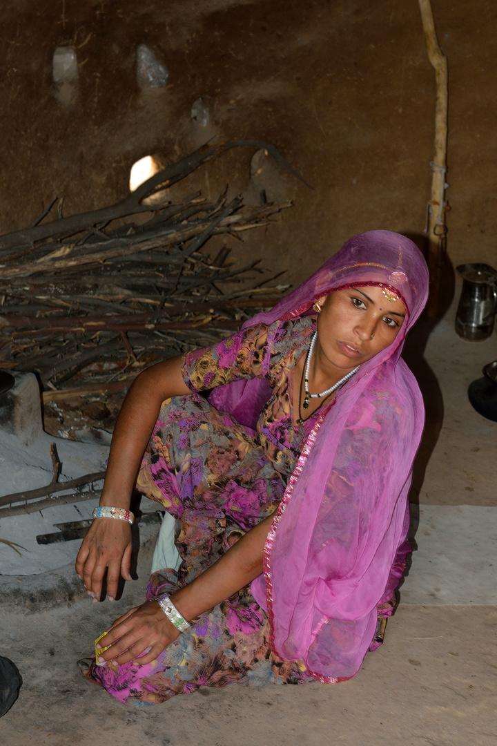 Bishnol 3: Junge Frau bei der Arbeit Foto & Bild   world