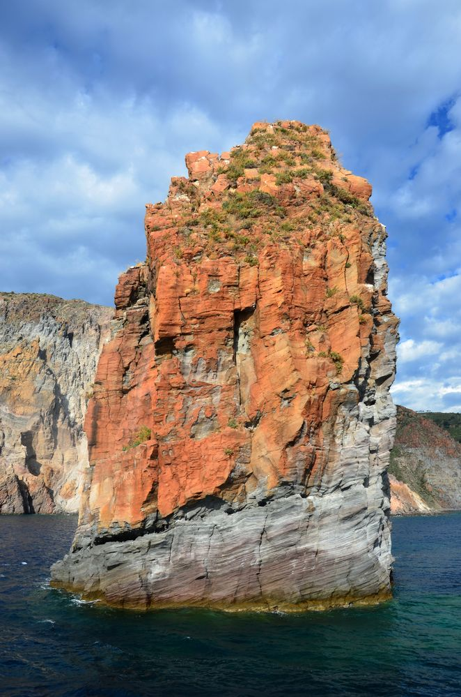 Bizarre Felsen ragen zwischen den Liparischen Inseln aus dem Meer