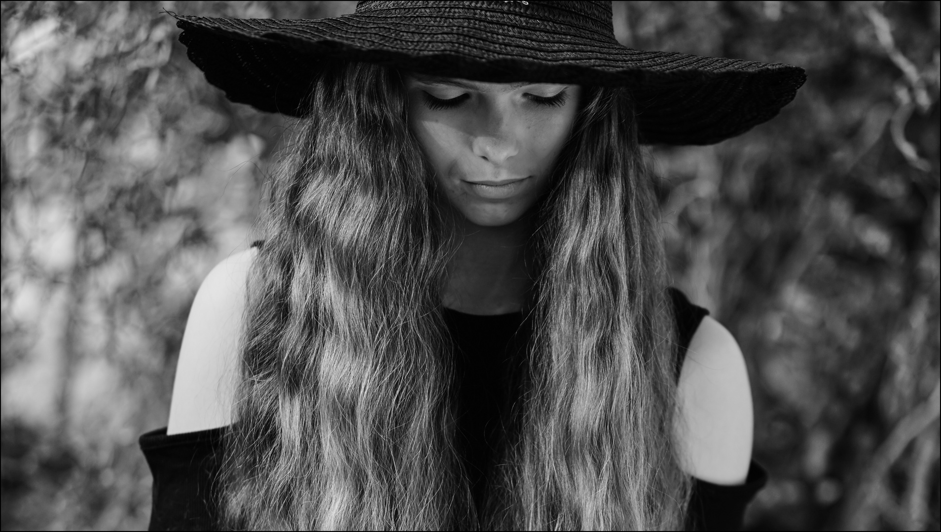 BLACK HAT / WHITE LADY