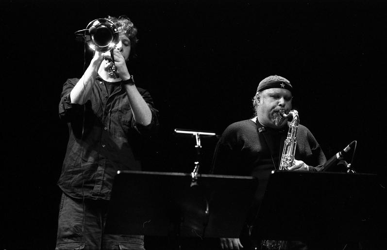 Bläser in Aktion, rechts Tony Lakatos links Christian Kappe