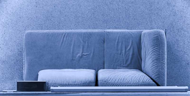 Blau am Sofa