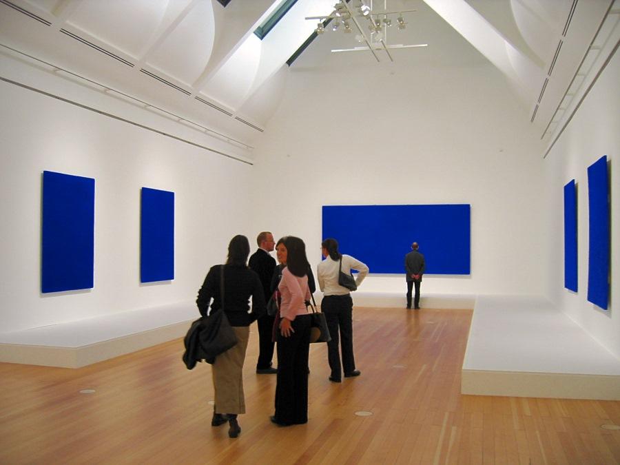 Blaue Bilder einer Ausstellung
