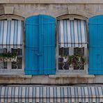 Blaue Fensterläden in Arles